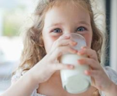 बच्चों को दूध पीना क्यों आवश्यक है तथा सर्वश्रेष्ठ दूध कौन सा है Why Is  Necessary For Children To Drink Milk And What Is The Best Milk